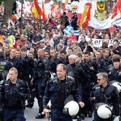 Francoforte: polizia scorta i manifestanti