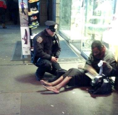 Il poliziotto e l\'uomo senza scarpe